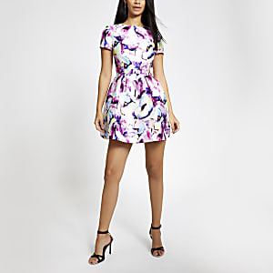 Chi Chi London – weißes Skater-Kleid mit floralem Muster
