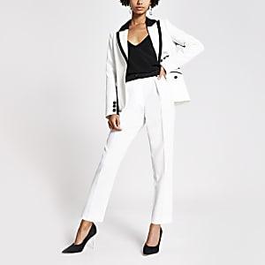 Witte smaltoelopende broek met contrasterend satijnen tailleband