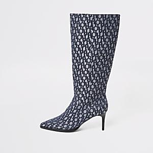 Kniehohe, spitz zulaufende Stiefel in Blau mit RI-Monogramm