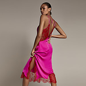 Robe mi-longue rose en satin à bordure en dentelle