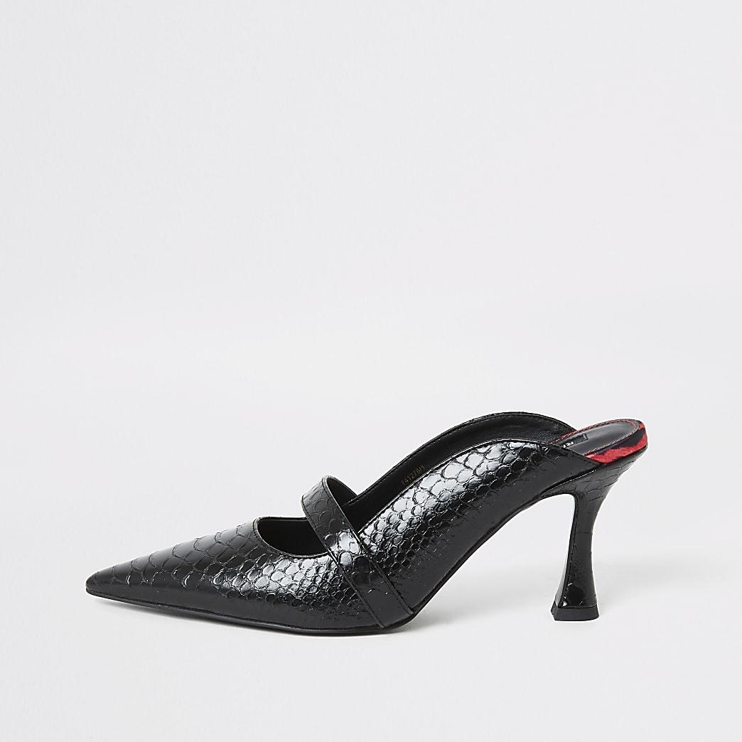 Schwarze Sandale mit ausgestelltem Absatz im Pantolettenstil und Krokoprägung