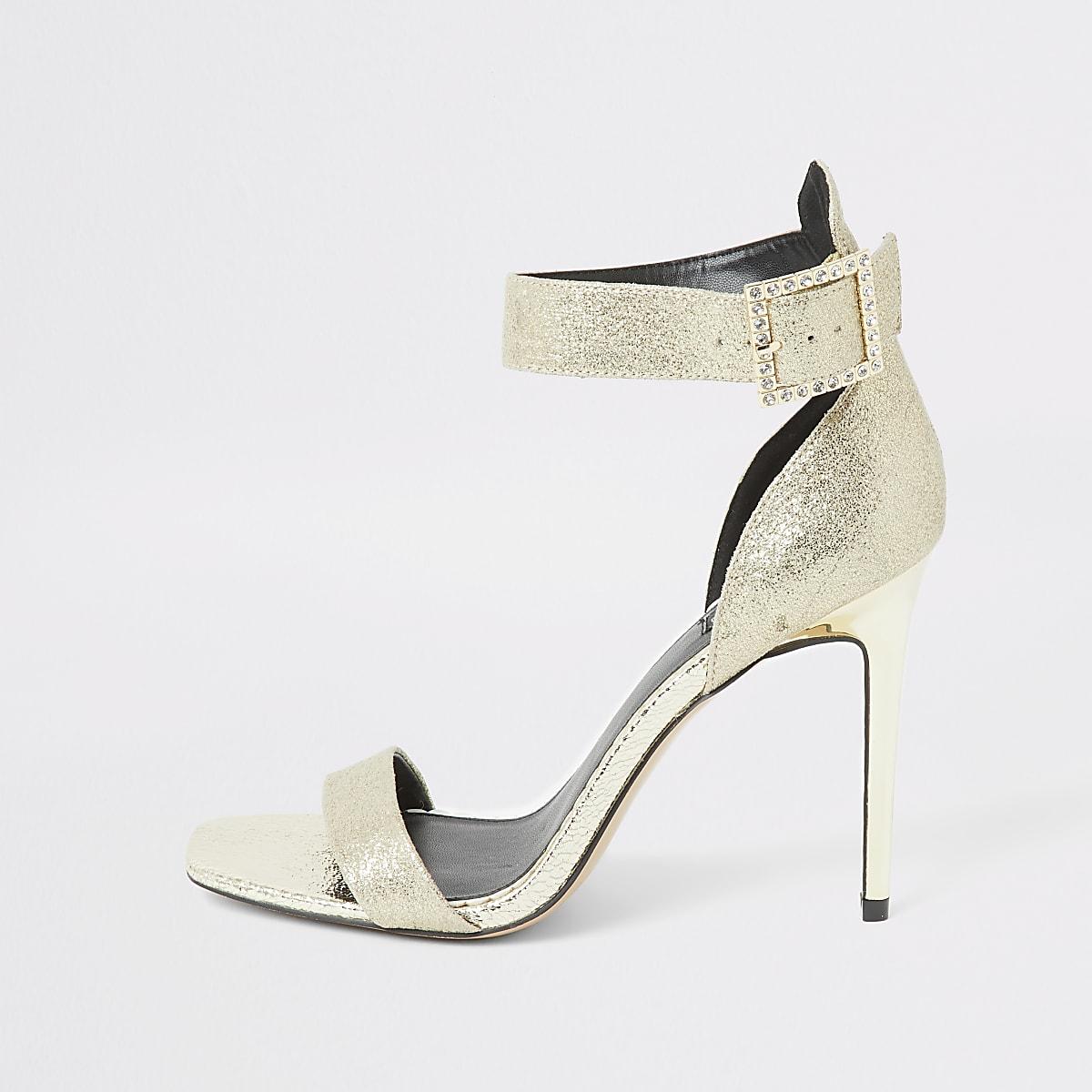 Goudkleurige sandaal met gesp en brede pasvorm