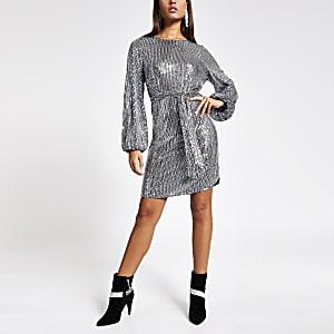 Silbernes Kleid mit Gürtel, langen Puffärmeln und Pailletten