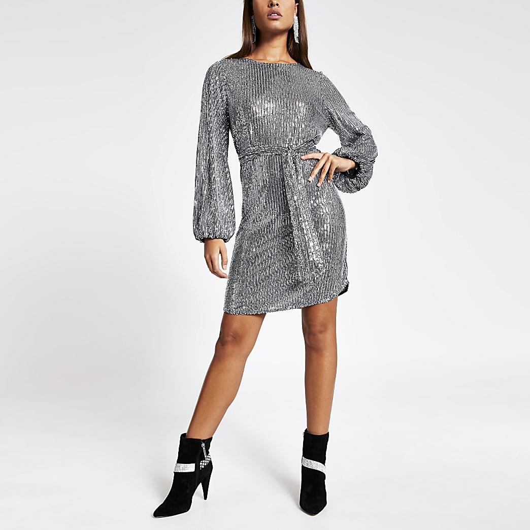 Zilverkleurige jurk met ceintuur, lovertjes en lange pofmouwen