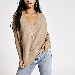 Petite – Camelfarbener Pullover mit V-Ausschnitt im Rippenstrick