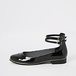 Schwarze Lack-Ballettschuhe mit Knöchelriemen
