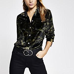 Grünes, langärmeliges Hemd aus Samt mit Camouflagemuster