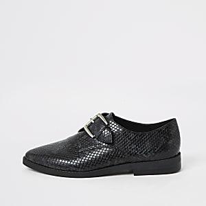 Schwarze Monk-Schuhe mit Schnallenriemen und Prägung