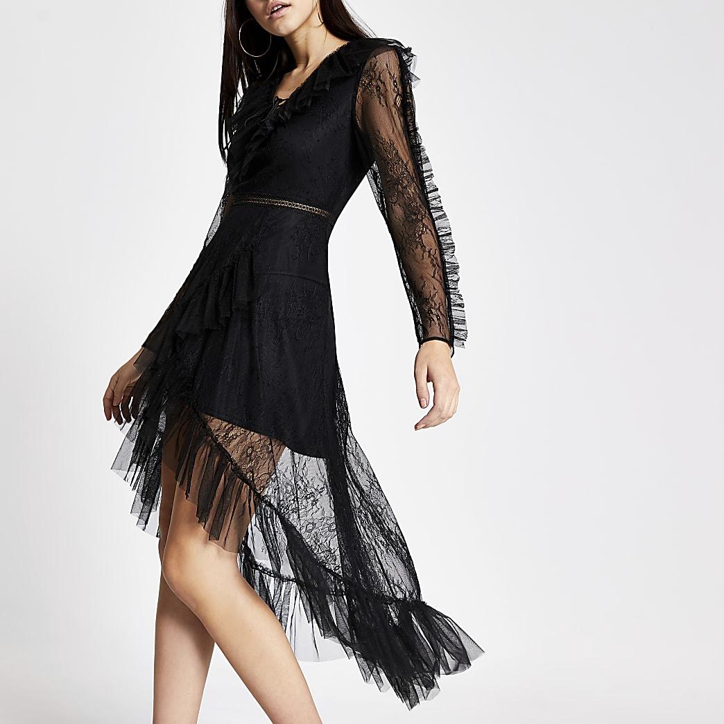 Robe noire en dentelle à ourlet asymétrique et manches longues