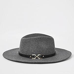 Grauer Fedora-Hut mit seitlicher Trense