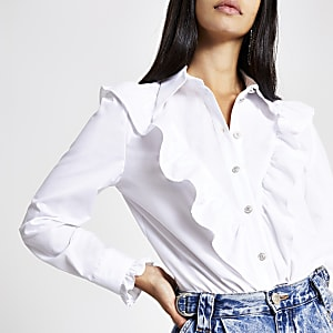 Chemise blanche à volants et plastron avec manches longues