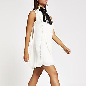 Weißes, hochgeschlossenes Swing-Kleid