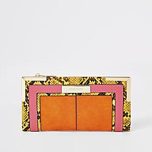 Oranje uitklapbare portemonnee met slangenprint en metalen hoeken