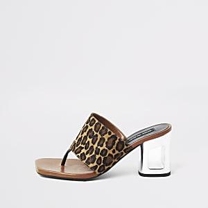 Sandales à talons en cuir couleur marron léopard.