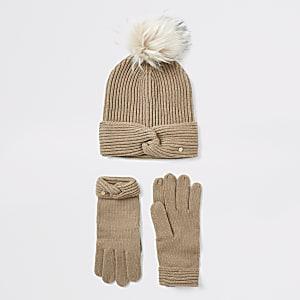 Beige gebreide gedraaide beaniemuts en handschoenen set