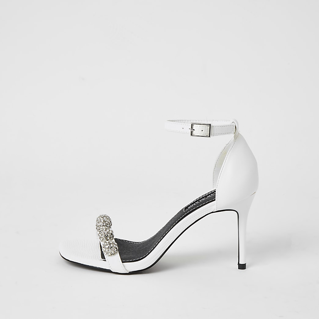Sandales blanches à talons ornées de strass