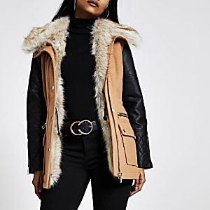 Petite – Braune Jacke mit Kunstlederärmel