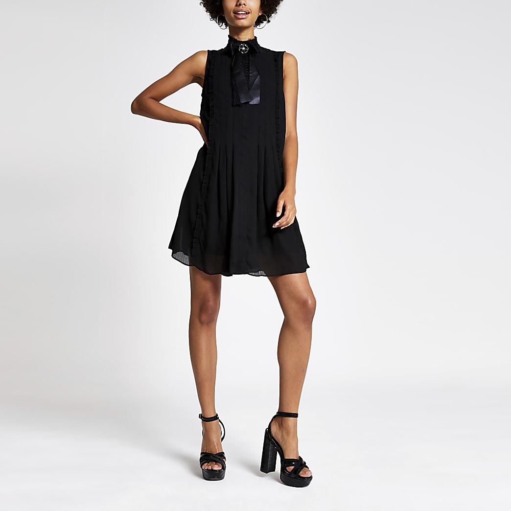 Schwarzes hochgeschlossenes ausgestelles Kleid