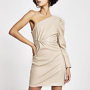 Beiges One-Shoulder-Minikleid aus Kunstleder