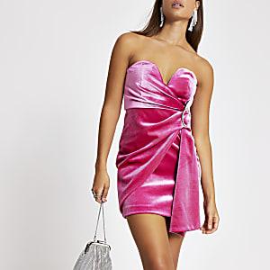 Pinkes Minikleid aus Samt mit Bandeau-Ausschnitt in Wickeloptik