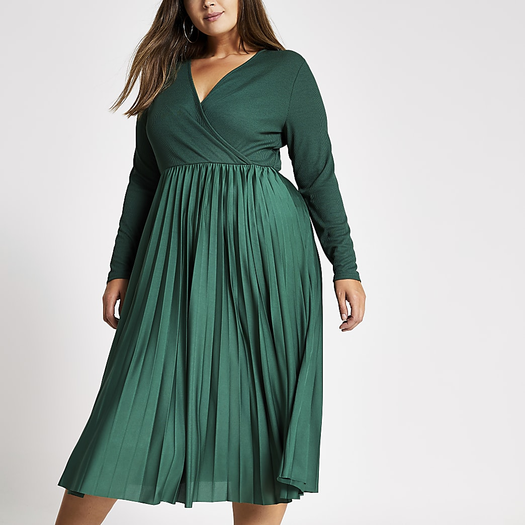 Robe mi-longue Plus  plissée verte.