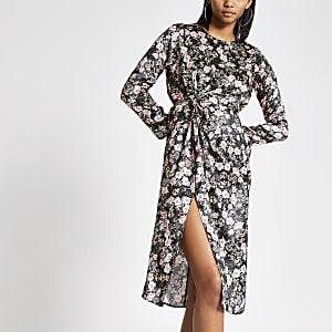 Robe mi-longue noire à fleurs, froncée sur le devant