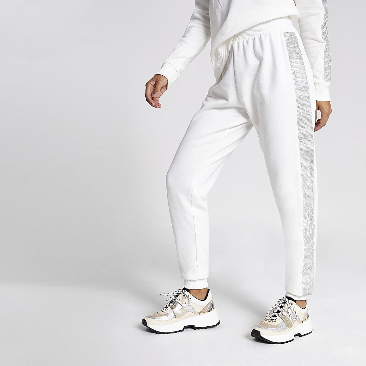 Crèmekleurige joggingbroek met siersteentjes verfraaide kanten