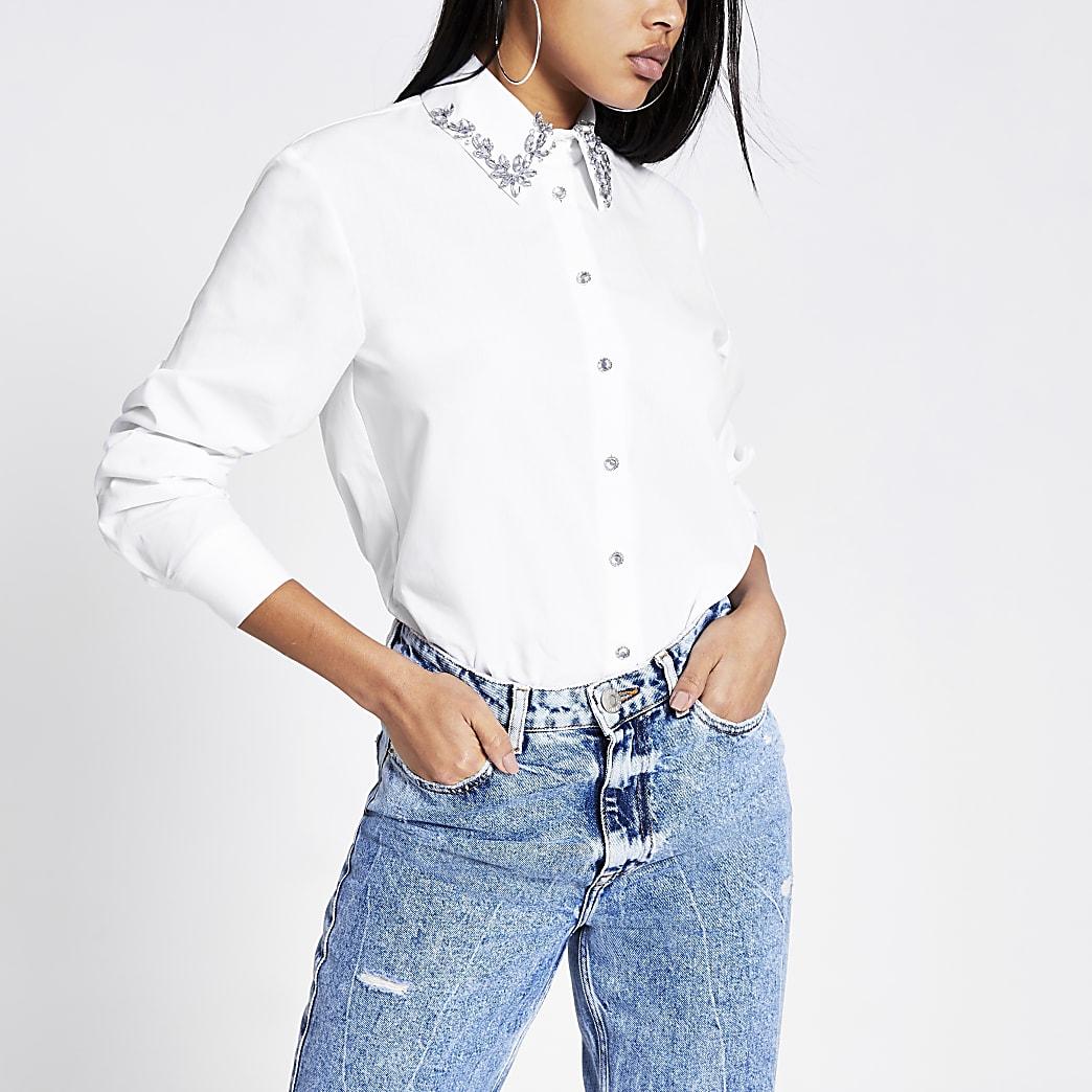 Wit overhemd met lange mouwen en kraag met siersteentjes
