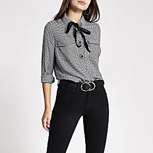 Schwarze Bluse mit Hahnentritt-Muster und Knöpfen