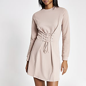 Pinkfarbenes Sweaterkleid mit Korsett