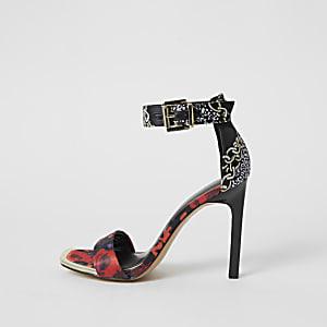 Zwarteminimalistische sandalen met hoge hak en print