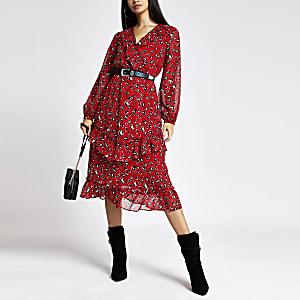 Rotes Wickelkleid mit Leoprint und Rüschen