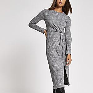Grijze midi-jurk met gedraaide voorzijde en lange mouwen