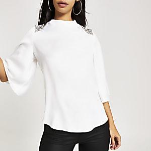Witte blouse verfraaid met siersteentjes