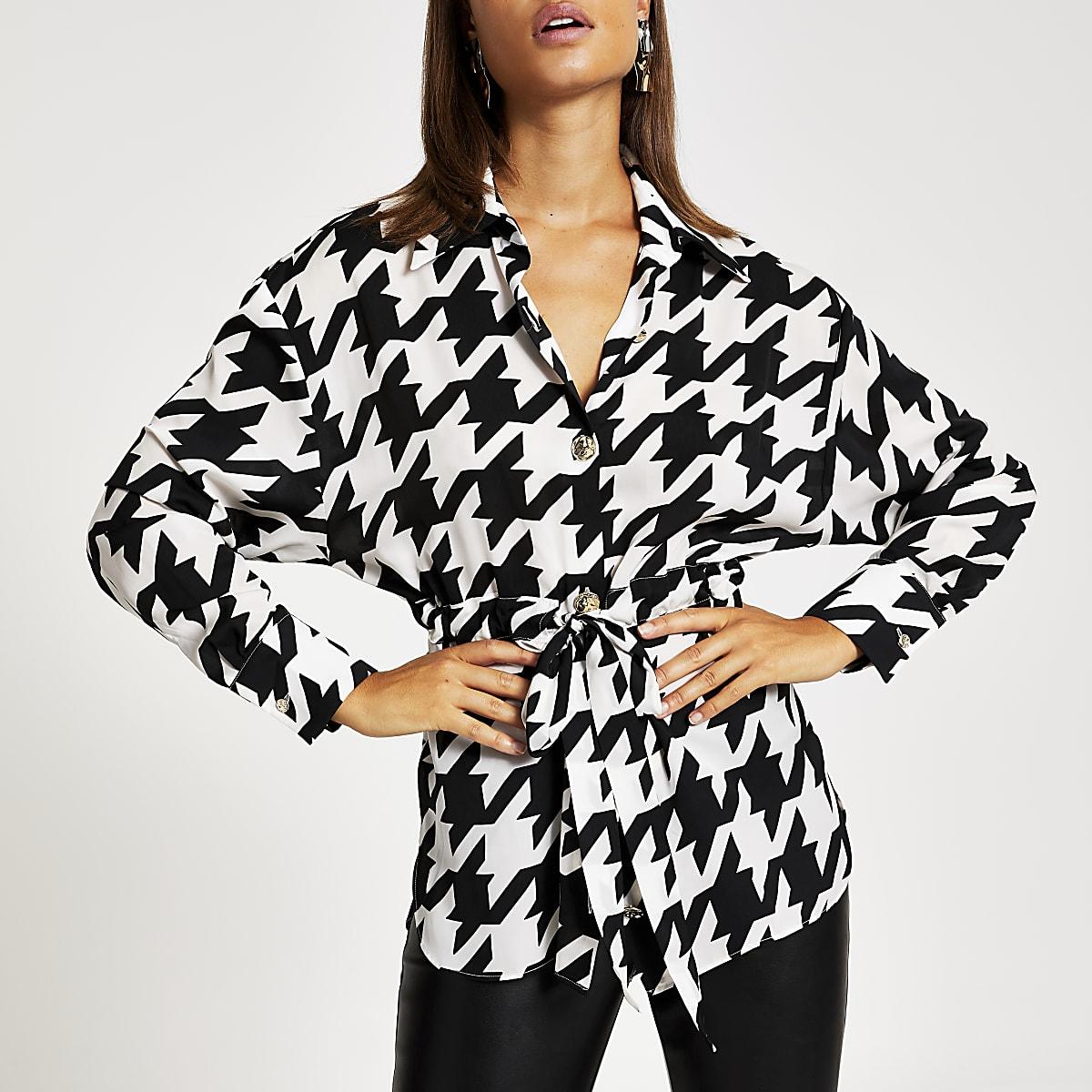 Zwart overhemd getailleerd met strik en pied-de-poule-motief