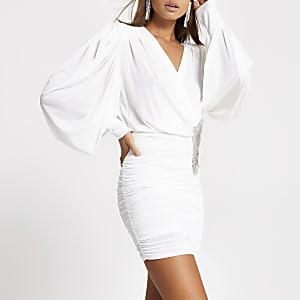 Witte gedrapeerde mini-jurk met sierstenen broche