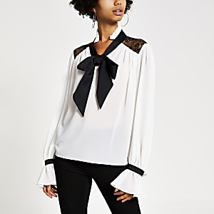 Weiße Bluse mit Spitzenbordüre