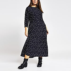 RI Plus - Zwarte gesmokte midi-jurk met stippen