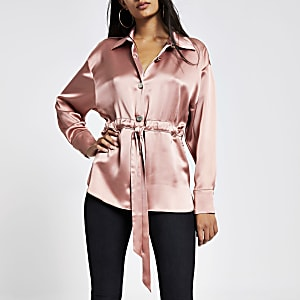 Roze satijnen overhemd met strikceintuur en lange mouwen