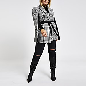 Plus – Karierte Cape-Jacke mit Gürtel in Schwarz