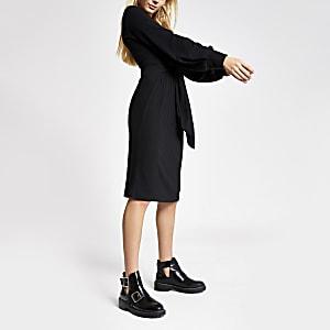 Langärmeliges, schwarzes Kleid im Rippenstrick zum Binden vorne