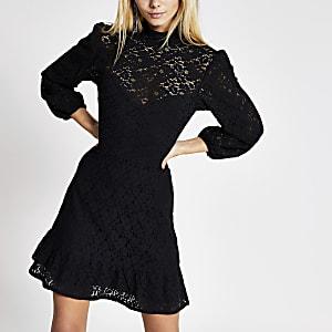 Schwarzes, hochgeschlossenes Minikleid mit Spitze und Rüschensaum
