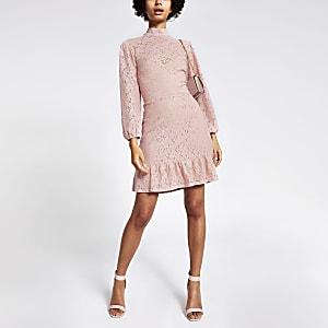 Pinkfarbenes, hochgeschlossenes Minikleid mit Spitze und Rüschensaum