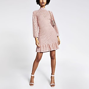 Roze kanten hoogsluitende mini-jurk met ruche zoom