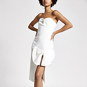 Witte verfraaide bandeau-jurk met strik voor
