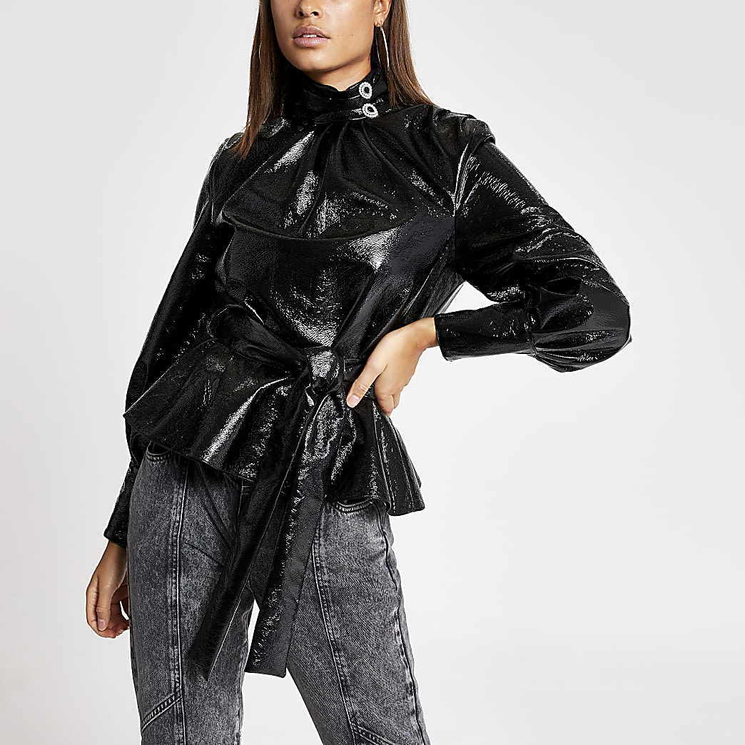 Blouse noire en cuir synthétiqueà col montant et ceinture nouée