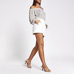 Weiße, geknöpfte Shorts mit hohem Bund