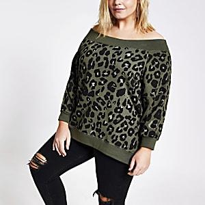RI Plus - Kaki sweater met luipaarprint en bardot halslijn