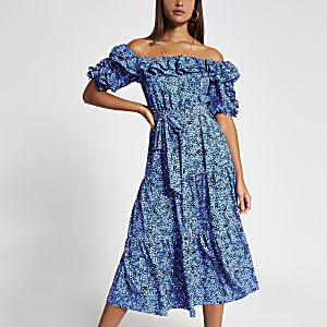 Robe Bardot mi-longue bleue fleurie à volants