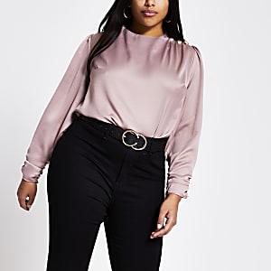 RI Plus -Roze satijnen blouse met knopen op schouder